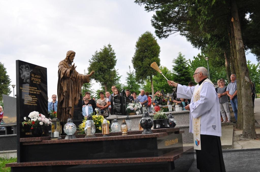 Poświęcenie figury Serca Pana Jezusa i grobowca kapłanów na cmentarzu w Jankowej